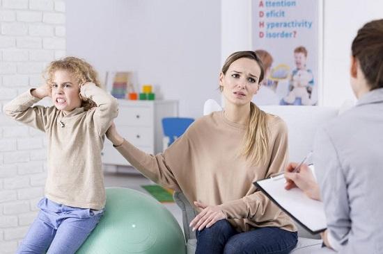 Mama alaturi de copilul ei intr-un cabinet specializat in ADHD