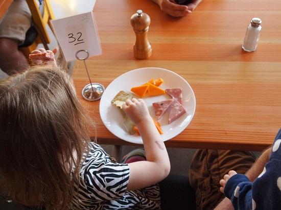 Prea multe gustari pot indica nevoia copilului de a manca pe fond nervos