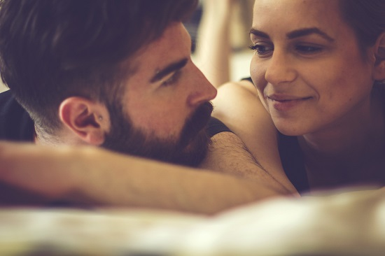 Femeie ce isi priveste afectuos partenerul