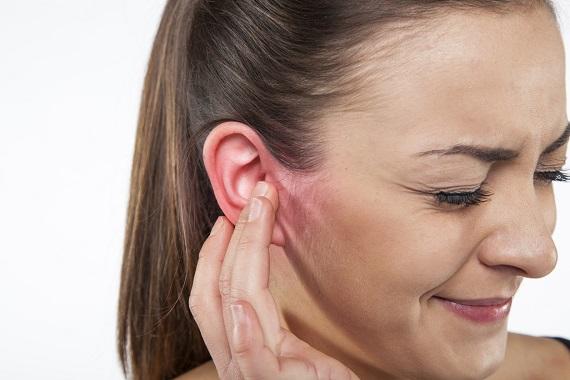 Fata ce simte disconfort si mancarime la ureche