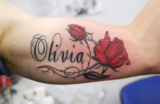 Tatuaj cu numele copilului si cu trandafiri