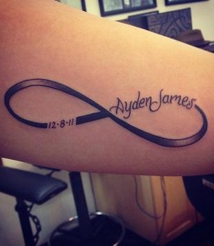Tatuaj cu numele copilului si cu forma de infinit