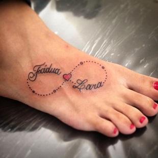 Tatuaj pentru mame cu forma de infinit si cu numele copilului