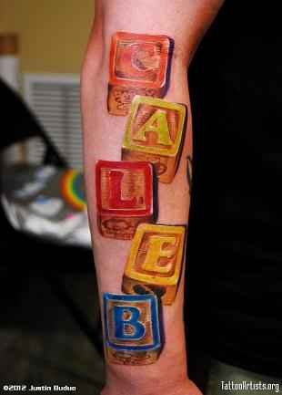 Tatuaj pentru parinti cu numele copilului scris pe cuburi