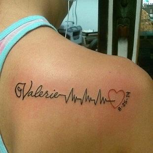 Tatuaj cu numele copilului scris precum o cardiograma