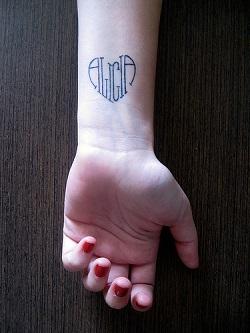 Tatuaj cu numele copilului scris sub forma de inima