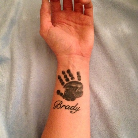 Tatuaj cu palmuta copilului pe incheietura mamei