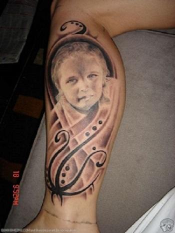 Tatuaj cu portretul copilului pe gamba mamei