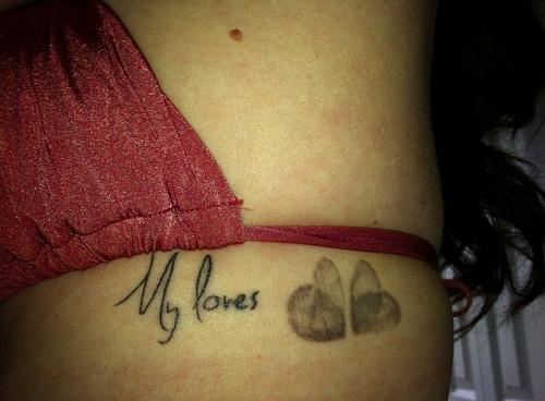 Tatuaj mama cu inimioare sub forma de amprente
