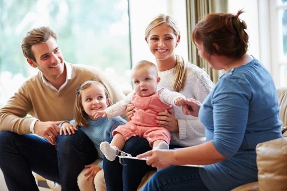 Tanara familie cu doi copii