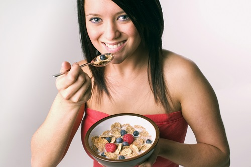 Mic dejun ce te poate ajuta sa slabesti- cereale cu fructe de padure