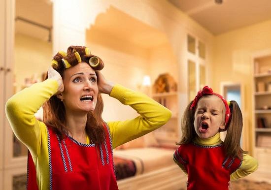 Mama disperata, in timp ce fetita ei tipa la ea