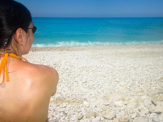 Greseala de ingrijire la plaja: uiti sa aplici lotiunea de protectie solara