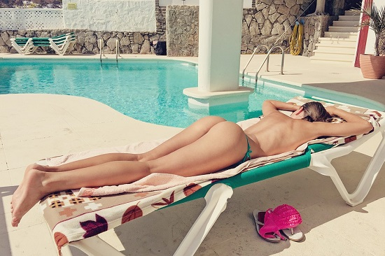 Sa faci plaja topless poate fi daunator