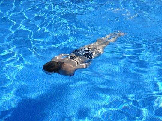 Este o greseala sa nu te speli pe cap dupa ce inoti in piscina