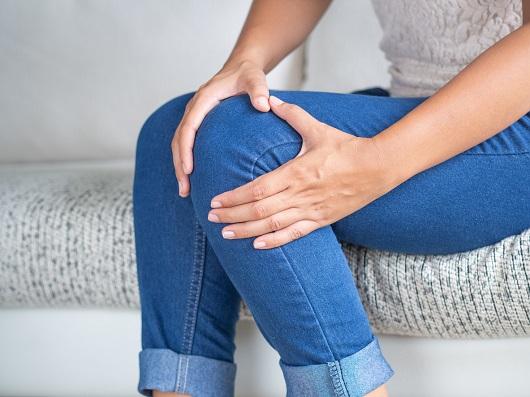 Femeie ce resimte un disconfort la nivelul unei gambe