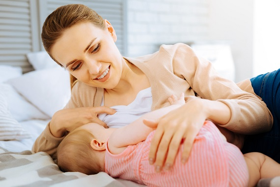 Mama zambitoare, ce isi alapteaza bebelusul