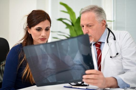 Femeie si medic, ce se uita impreuna la o radiografie