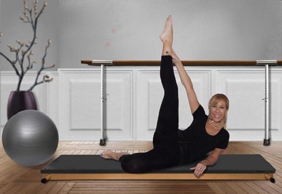 Femeie ce face un exercitiu de aerobic