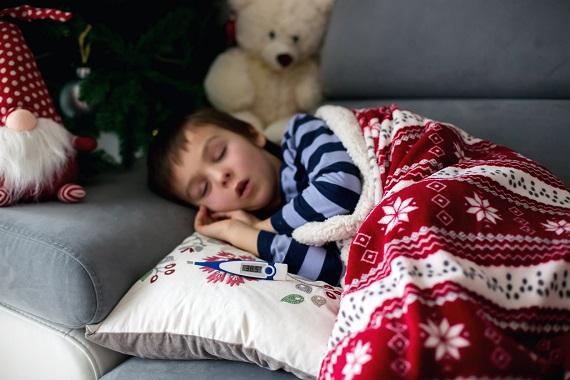 Copil ce se simte rau si are febra