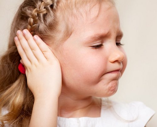 Fetita pe care o doare urechea