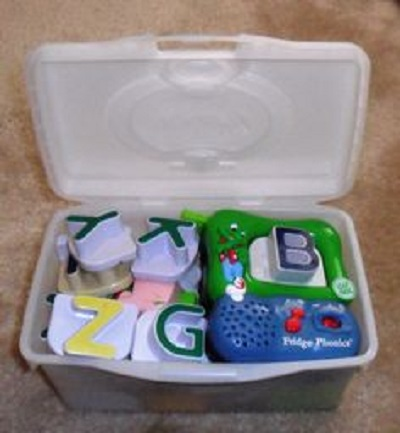 depozitarea jucariilor intr-o cutie ramasa de la servetele de bebelus