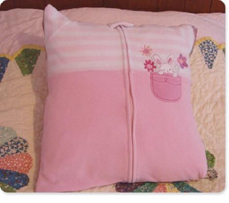 Pernuta confectionata prin refolosirea unei salopete de somn a bebelusului
