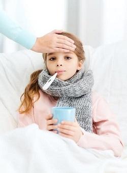 Fetita cu febra, ce sta in pat