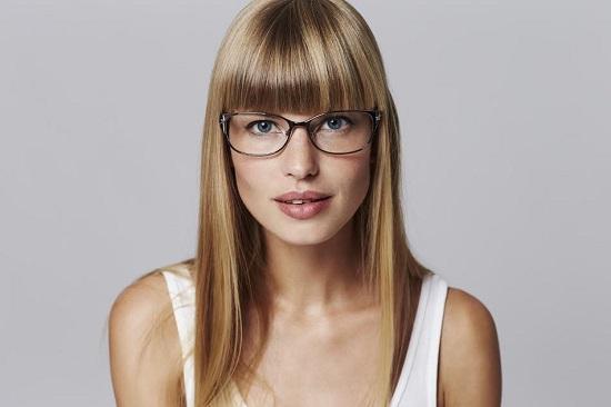 Fata cu ochelari