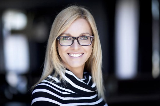 Femeie cu ochelari cu rame inchise la culoare