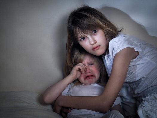 Sora mai mare ce-si strange in brate sora mai mica, care plange