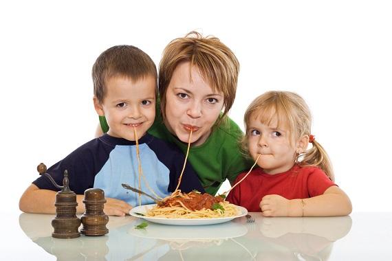 Mama ce mananca spaghete impreuna cu copiii ei