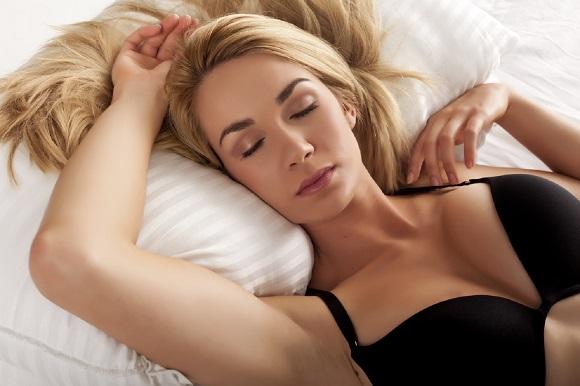 Fata in sutien, ce doarme cu fata in sus