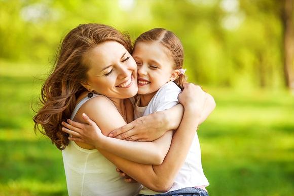 Mama ce isi imbratiseaza fiica