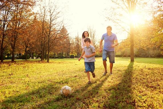 Familie implicata in activitati fizice intr-o zi de toamna