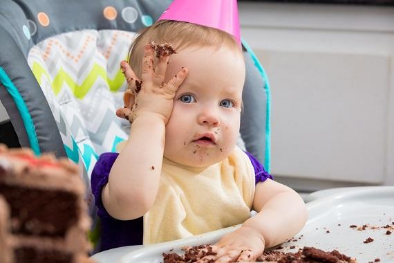 Bebelus in scaunel, ce si-a bagat manutele in tort