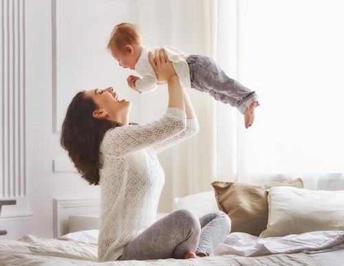 Mama il ridica in sus pe bebelus