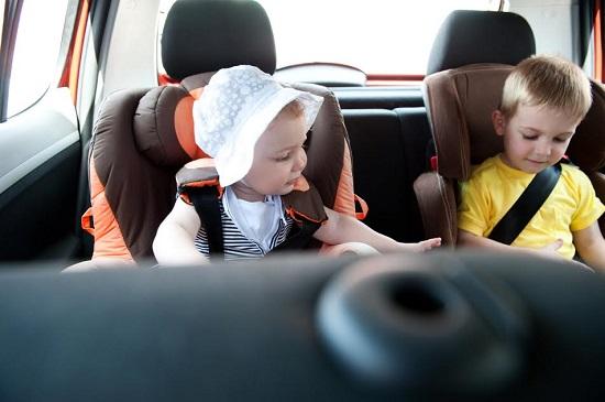 Fetita si baietel in masina