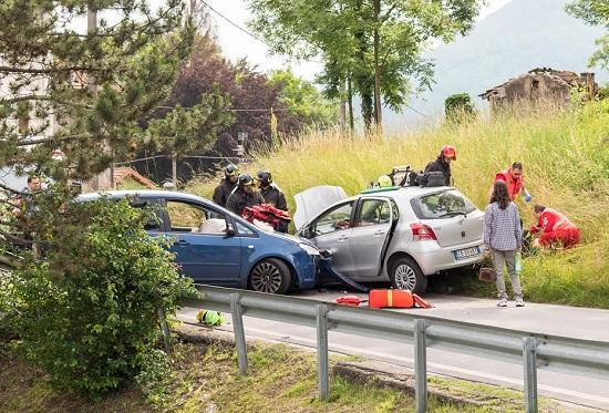 Echipaj de urgenta ce a ajuns la un accident rutier