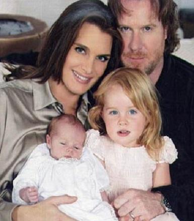 Brooke Shields, alaturi de sotul si prima ei fiica, nascuta in urma fertilizarii in vitro