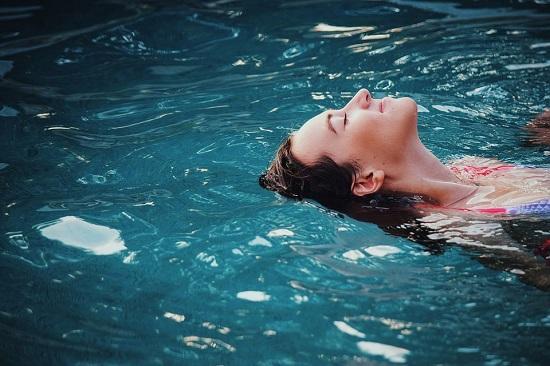 Femeie ce inoata pe spate