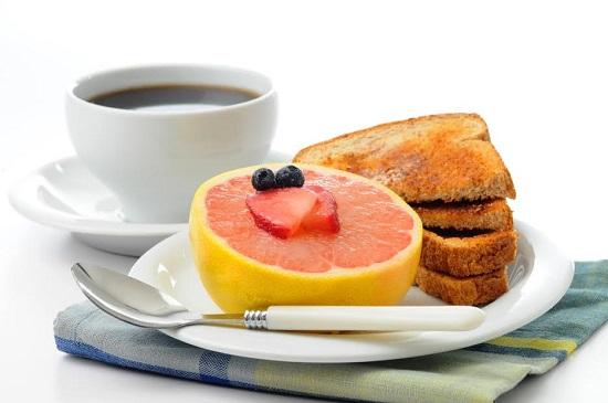 Cafea, paine prajita, grapefruit