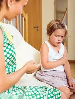 Fetita furioasa si mama ce incearca sa o calmeze