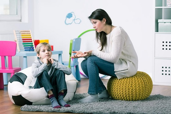 Mama incearca sa-si lamureasca fiul