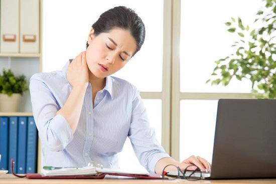 Femeie la birou, ce are disconfort in zona cervicala