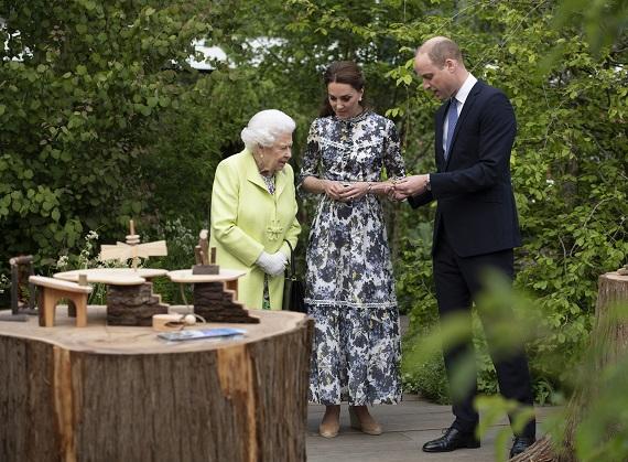 "Regina Elisabeta, Kate Middleton si Printul William la ""Chelsea Flower Show"""