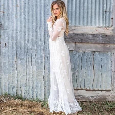 Fata in rochie alba, lunga