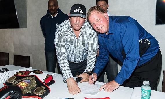 Thomas Markle Jr. semneaza un contract pentru un meci de box