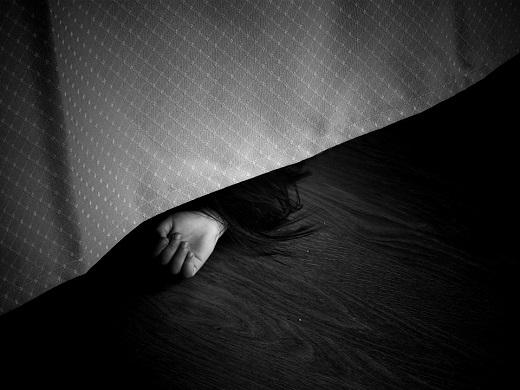 Mana de fata ce iese de sub un pat