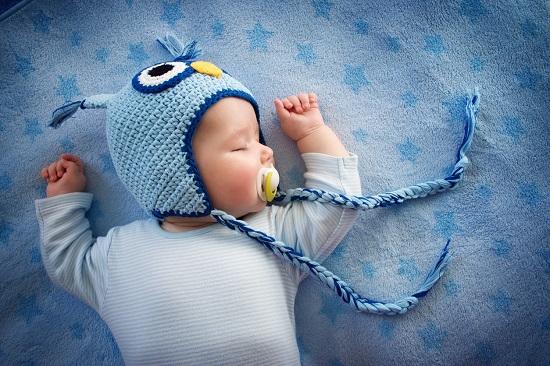 Bebelus cu caciulita bufnita dormind
